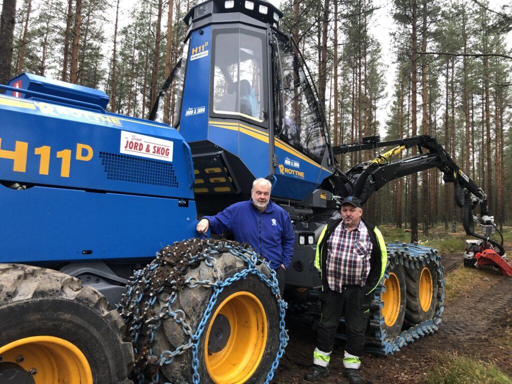 Maskin Väst levererar Rottne H11D. På bilden syns instruktören Urban och chauffören Jan Bengtsson.